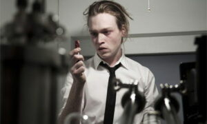 Caleb Landry Jones dans Antiviral