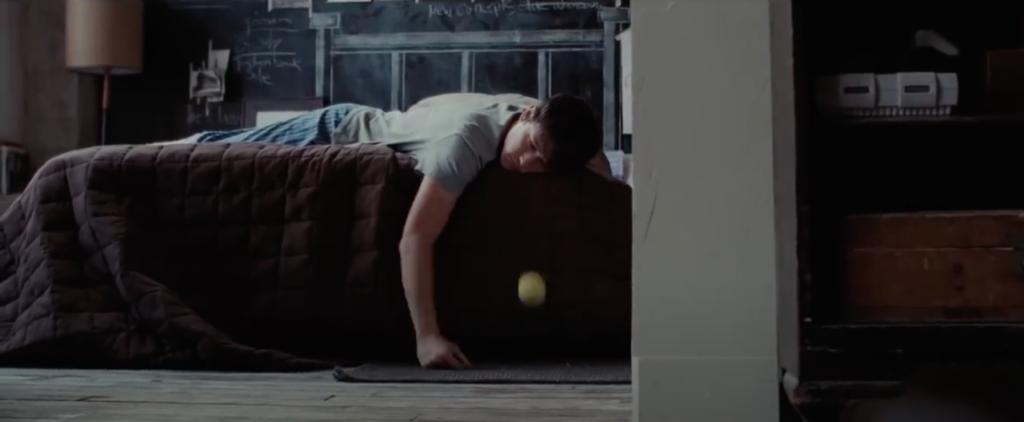 Tom est allongé sur son lit. Il est entrain de faire rebondir une balle de tennis en regardant dans le vide.