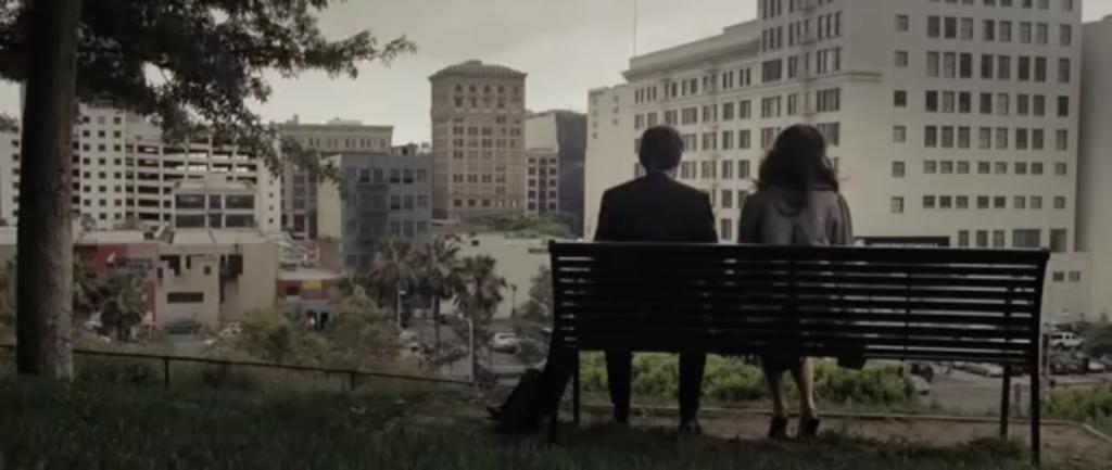 Tom et Summer sur un banc face à la ville.