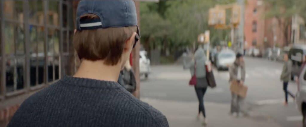 Jonathan entrain de suivre Elena dans la rue