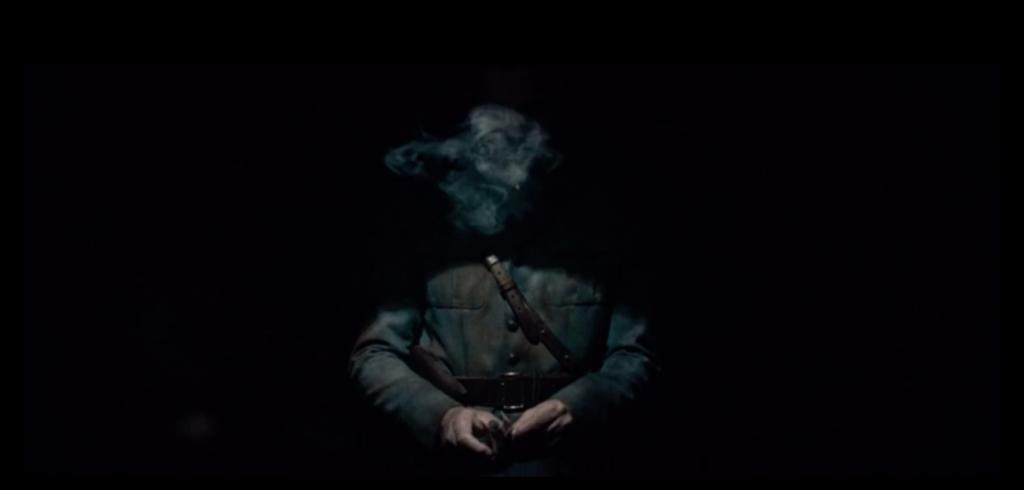 Pradelle dans le noir. On voit juste la fumée s'élevée de sa bouche.