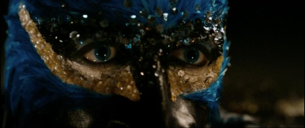 Gros plan sur le visage d'Edouard avec son masque d'oiseau.