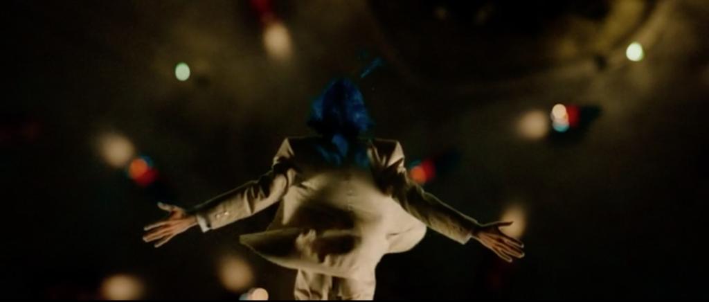 Image d'Edouard qui saute dans le vide (suicide).