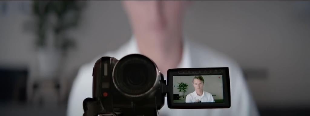 Jonathan se filmant pour raconter sa journée à John.