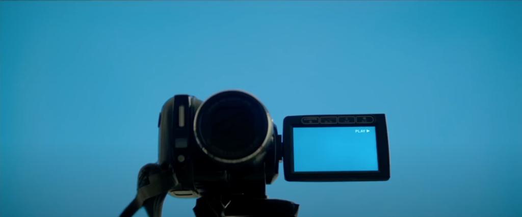 Camera qui filme un fond bleu car John ne se filme plus.
