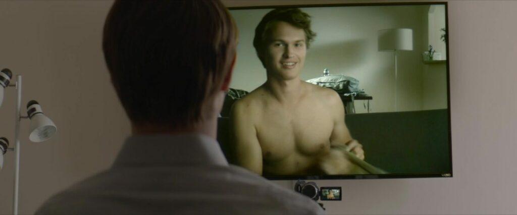 John regarde le compte rendu de la journée de son frère sur un écran de télévision.