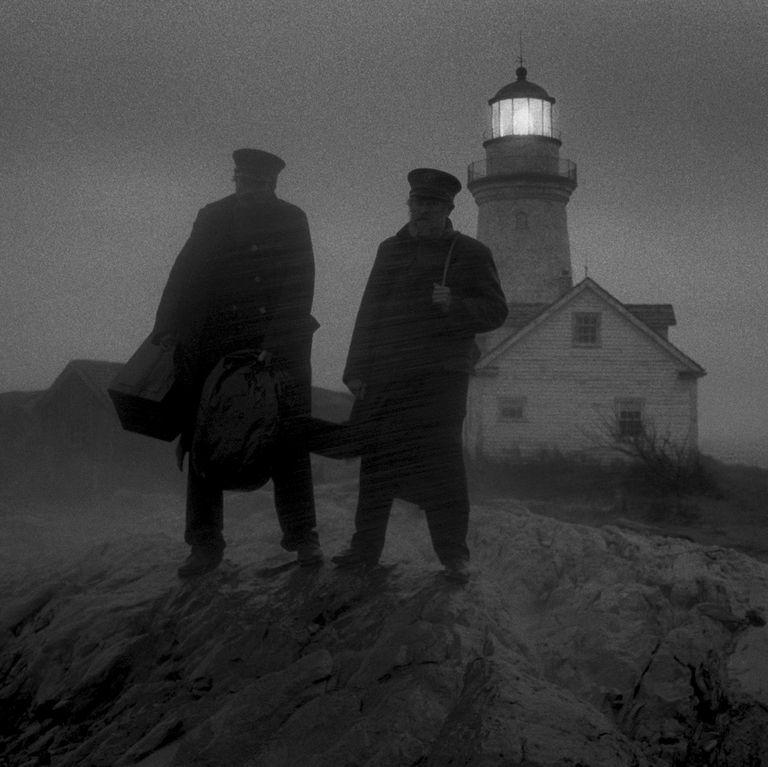 une phare et deux hommes