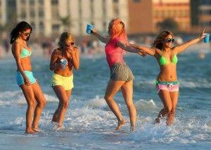 Les filles de Spring Breakers à la plage